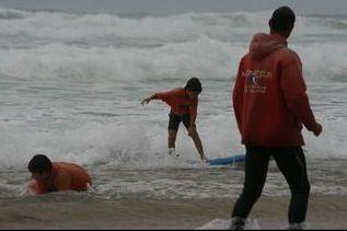 Cours de surf à l'école de surf de Léon sur les plages landaises au coeur d'une réserve naturelle protégée le courant d'huchet